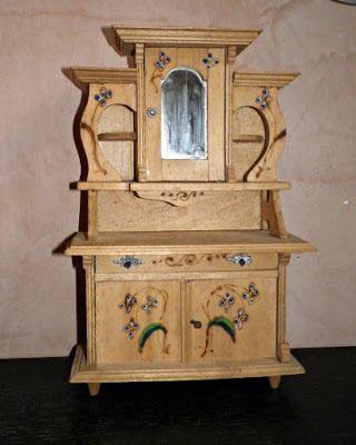 La piccola casa antica in miniatura: Una credenza antica per la casa delle bambole