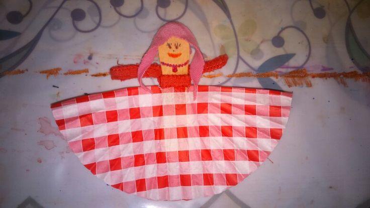 Muffin papír, jégkrém pálcika, anyagdarabok felhasználásával készült a kislány baba 😄
