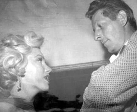 Marilyn Monroe in een onderonsje met Danny Kaye in het St Jude Children's Hospital (Memphis, Tennessee, USA) tijdens een liefdadigheidsevenement, 10 juli 1953.