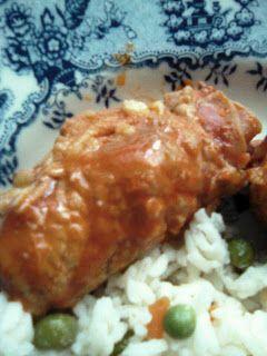 Bifinhos de porco enrolados com fiambre, queijo e chourição com arroz de ervilhar e cenoura