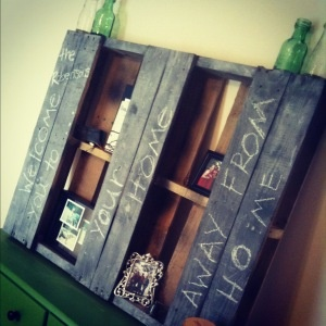 Pallet painted with chalkboard paint...sweet!