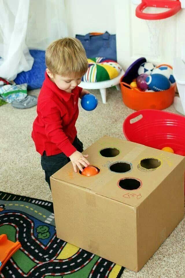een doos met 3 verschillende kleuren waar ze de juist bal in moet stoppen maar ik kan dit ook met blokjes doen mocht ik geen gekleurde ballen hebben.