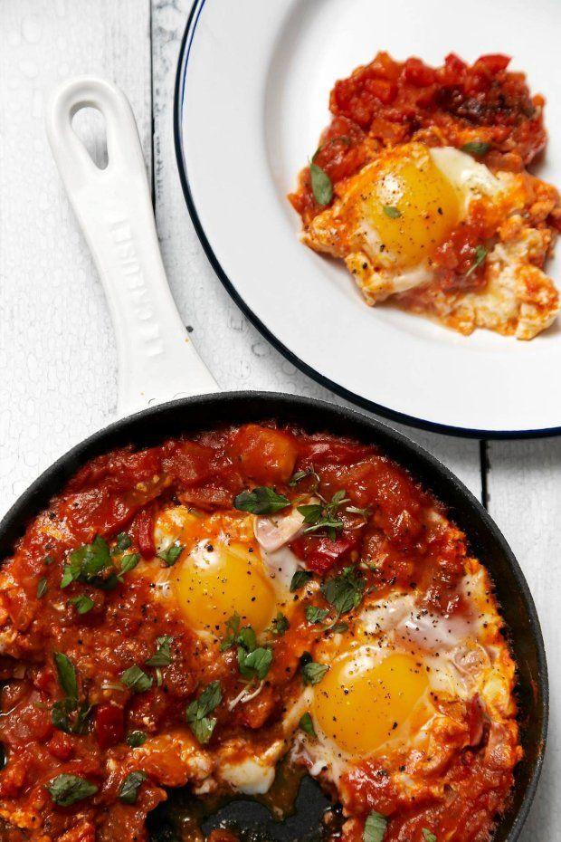 Aksamitne żółtko rozlane wśród uduszonych do miękkości pomidorów, podsmażonej cebuli i papryki, doprawione ostro, słodko i korzennie - najlepsze izraelskie śniadanie możesz przyrządzić w swojej kuchni