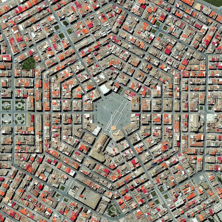 Civilização em perspectiva: O mundo visto de cima,Grammichele, Italy. Image Courtesy of Daily Overview. © Satellite images 2016, DigitalGlobe, Inc