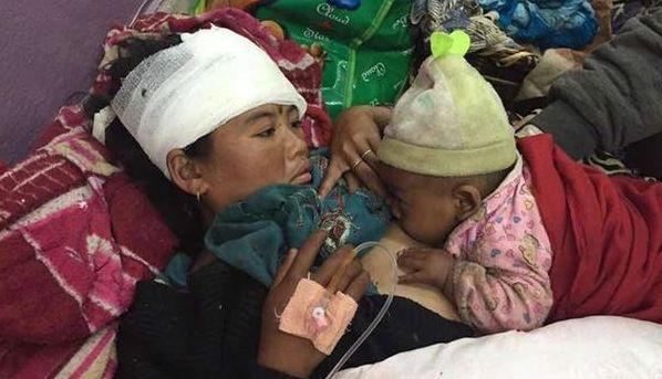 Ανάμεσά στους επιζήσαντες του φονικού σεισμού του Νεπάλ, αυτή η μητέρα με το μωρό της που επιβιώνει θηλάζοντας...   O μητρικός θηλασμός παίζει ζωτικό ρόλο στην υγεία και προστασία του βρέφους, ιδιαίτερα σε καταστάσεις έκτακτης ανάγκης καθώς το μητρικό γάλα αποτελεί την πλέον ασφαλή και κατάλληλη διατροφή.