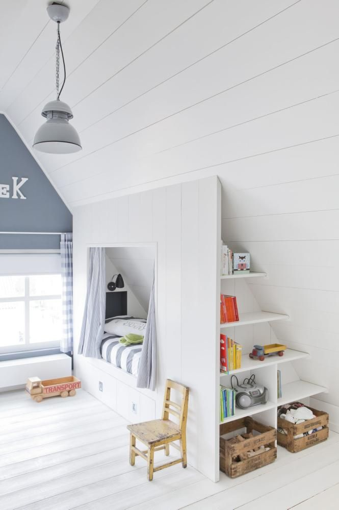 BARNEROM: Hvis du skal innredet et rom med skråtak, er det en god investering å plassbygge møblene. Her er det bygget en seng med skuffer under og hyller i den ene enden. En fin hule til minstemann i huset. Lampen er fra HK Living, de gamle kassene er kjøpt brukt.