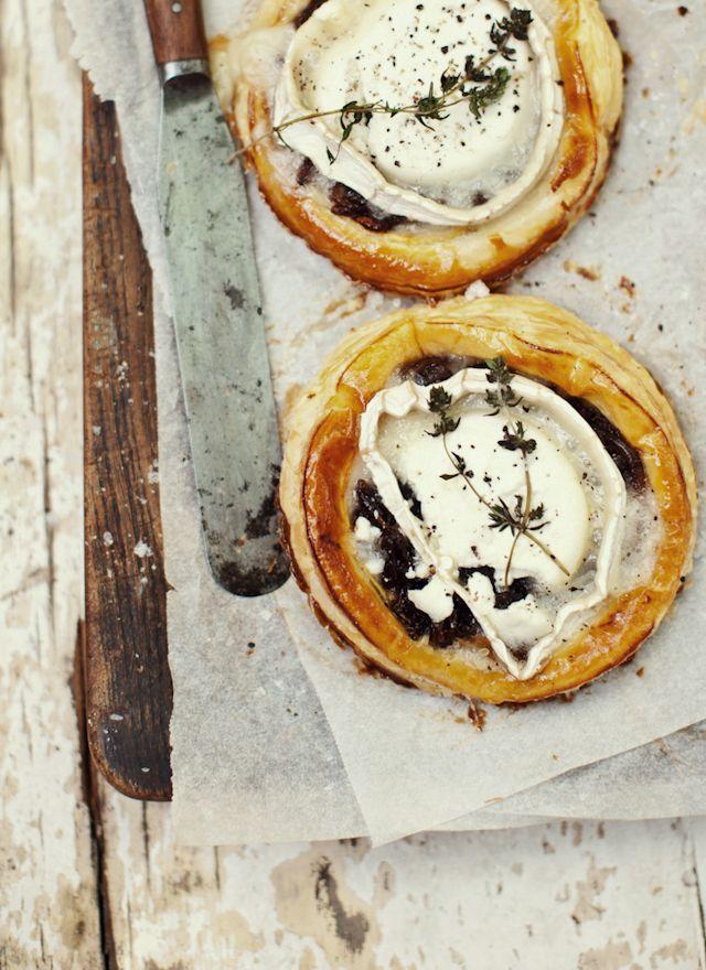 Tartes aux oignons caramélisés et fromage de chèvre. Caramelized Onion & Goat Cheese Tartlets with Balsamic Syrup