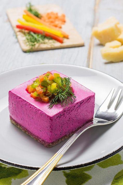 Mini cheesecake alla barbabietola con tartare di verdure, dalla scenografica forma cubica