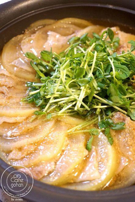 冬でも安く手に入る材料をたっぷり使った「やみつき節約鍋」を楽しんでみませんか?高騰している高い野菜を使わなくても、カラダがぽかぽか温まる栄養満点の鍋料理が堪能できますよ。彼や友達との鍋パーティーにおすすめの簡単で美味しい鍋料理レシピをご紹介します。