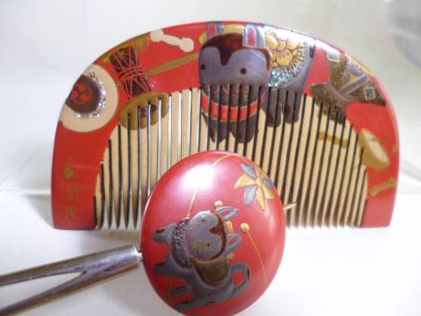商品・お支払・発送の詳細商品について 昔の大阪 心斎橋「井筒屋宝飾店」の共ケース付きです。天然木に漆塗りです。狛犬。やじろべい、風車、でんでん太鼓、独楽、達磨さん、狐面の可愛い玩具尽くしの図です。簪の先が尖っていますので先が取れているようです。 サイズ櫛10,7cmx5,3cm かんざし3,6cmx17,8cm  商品についての注意・パソコンの機種によって色合いや見え方に違いが生じる場合もございますのでその旨ご理解下さい。・サイズの多少の誤...