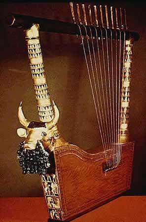 """Na tym samym cmentarzysku, na którym znaleziono Sztandar z Ur, odkryto kilka najstarszych na świecie fragmentów instrumentu strunowego - liry. Na podstawie przedstawienia lirnika, z odnalezionych fragmentów odtworzono kilka instrumentów, w tym tzw. """"Złotą Lirę"""" albo """"Lirę z głową byka"""", """"Lirę Królowej"""", srebrną lirę w kształcie łodzi, oraz lirę z głową byka z brodą wykonaną z lapis lazuli (obecnie w różnych muzeach). Ponieważ fragmenty pochodziły z instrumentów o zaawansowanej konstruk"""