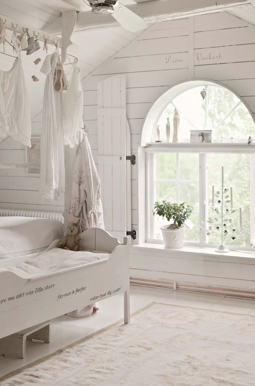 Ett utmärkande drag för shabby chic som inredningsstil ärfärgen vitt i olika nyanser, på allt från väggar, golv och tak till möbler. På 1600-talsgården Kulla viskar historien i varenda vrå, och gården är varsamt renoverad i traditionellt romantisk shabby chic-stil.