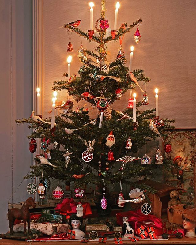Fortsatt god jul til alle venner nær og fjern. Kjøkkenjuletre med antikk juletrepynt. Takk til Lene Berg for suplering av antikk juletrepynt. #christmastree #christmasornament #antiquedealershome #interiorstyling #antiquetoys #tintoys #lehmann #antiques #norwegianinterior #norwegianstylist #antiquedolls#scandinavianinterior #odities #oldstuff #curiosa #homedecoration