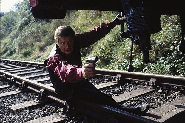 Роджер Мур Годы: 1973-1985. Фильмы: 7 – «Живи и дай умереть», «Человек с золотым пистолетом», «Шпион, который меня любил», «Лунный гонщик», «Только для твоих глаз», «Осьминожка», «Вид на убийство». Возраст актера в год выхода фильмов: 46-58.  Фирменный стиль: Мур — первый англичанин, сыгравший агента Ми-6 Бонда после неангличан. Надо ли искать причину именно в этом, но Бонд Мура, не в обиду прежним исполнителям, обрел новое качество: аристократизм.