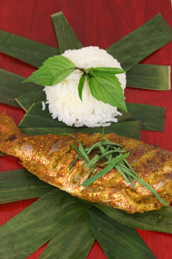 Our recipe of the week is from East Timor. Try your hand at cooking this traditional fish dish made from Red Snapper or Mahi Mahi. #IkanPepes #EastTimor #Recipe For more info: http://www.weblogtheworld.com/countries/eastern-asia/indonesia/ikan-pepes-%E2%80%93-east-timor-national-dish/Mmm Food, Southeast Asian, Mahi, Asian Food, Indonesian Steam, Ikanpep Easttimor, Fish Dishes, East Timorous, Easttimor Recipe
