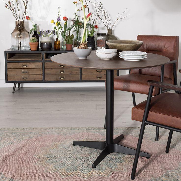 De Nuts tafel is in een praktische maat waardoor het ideaal is omvergeten hoeken op te vullen met deze tafel. Maar ook ideaal om kleine woningen in te richten. Hang een mooie grote hanglamp boven de tafel en kies toffe stoelen uit voor het ultieme effect.  Omdat de tafel rond iscreëer je ook een super leukeinteractie aan de eettafel! Kort om: ronde eettafels zijn hip.