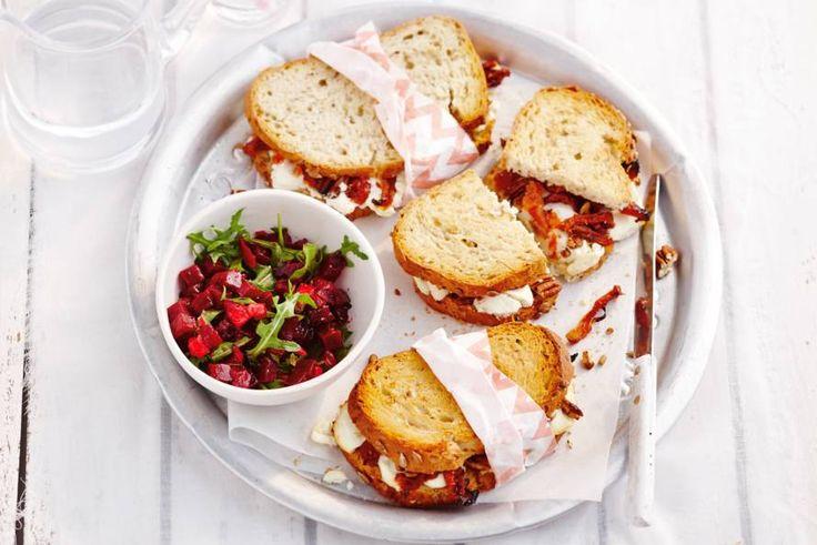 Tosti van speltbrood met geitenkaas, semi-zongedroogde tomaten, pecannoten en rucola - Recept - Allerhande