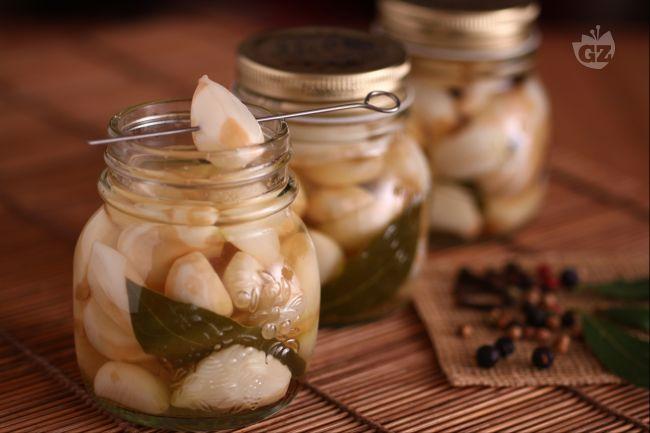 L'aglio marinato,  risulta  più digeribile e ha un sapore molto più delicato, quasi di mandorla. E' adatto da gustare in tutte le preparazioni in cui non aggiungevate l'aglio perché  risultava troppo pesante