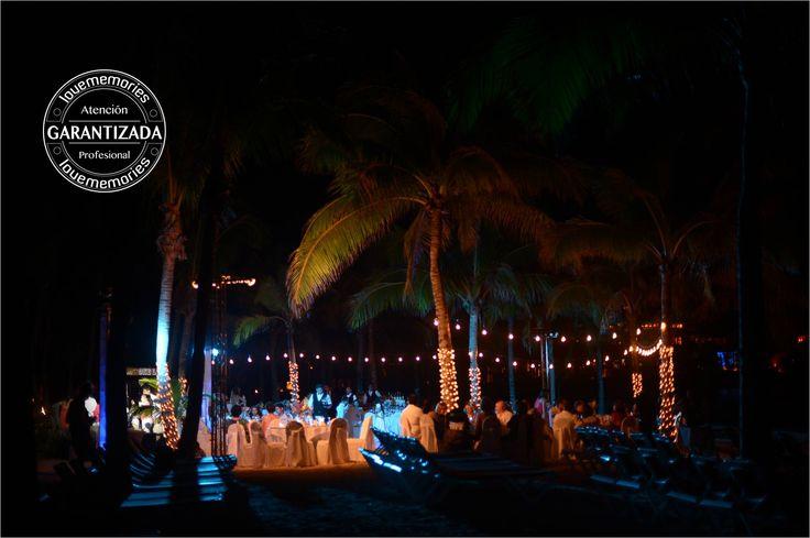 Lineas de luz calida decorativas para eventos en la playa. #LoveMemoriesWeddings #CreandoMomentosMemorables