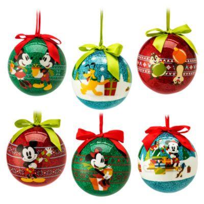Con queste palle di Natale di Topolino e i suoi amici i rami dell'albero di Natale si popolano di allegri volti familiari. Ognuno dei sei modelli, caratterizzati dalla superficie liscia con brillantini, è munito di nastro e fiocco di raso e decorato con deliziose immagini dei personaggi.