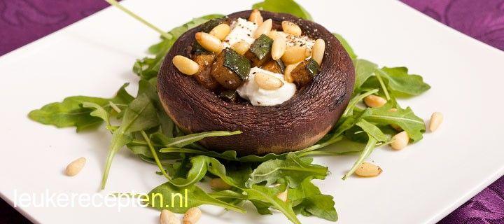 Geweldige vegetarische combinatie van een grote portobello met geitenkaas, courgette en pijnboompitten