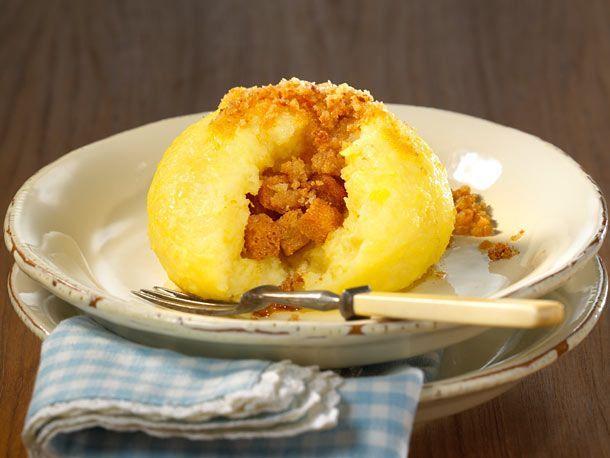 Halb aus rohen, halb aus gekochten Kartoffeln: Wir zeigen, wie Sie Kartoffelklöße selber machen und mit knusprigen Brotwürfeln lecker füllen. So geht's!