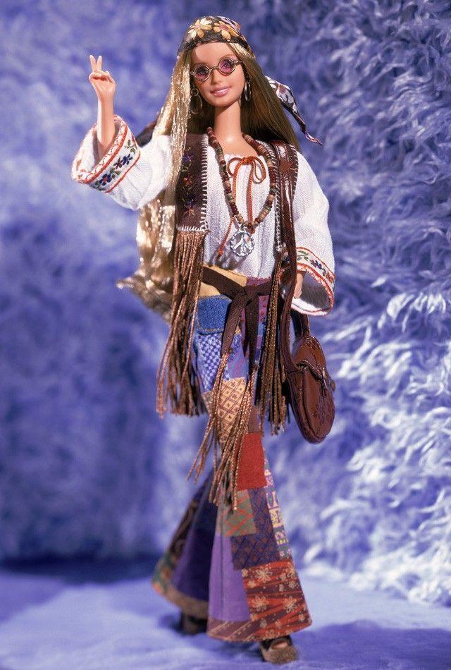 A Barbie sempre acompanhou as tendências e a prova disso é esta edição dos anos 70 que tem todas as peças chave da época e nos remete até para a Janis Joplin. O gesto que simboliza Peace & Love, as calças à boca de sino com patchwork, a blusa fluída e bordada, o colete em pele com franjas, as sandálias, os óculos, o lenço na cabeça, os colares, o cinto e até a mala recriam o estilo na perfeição.