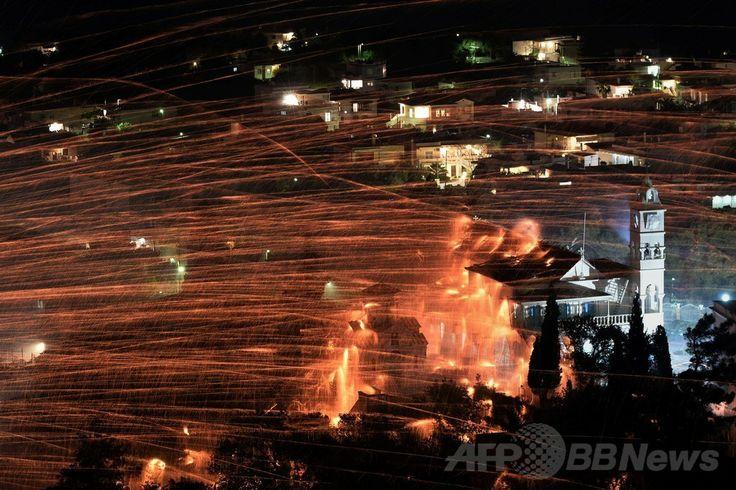 ギリシア・ヒオス(Chios)島で、村の上空を飛び交う数千発のロケット花火(2014年4月19日撮影)。(c)AFP/LOUISA GOULIAMAKI ▼21Apr2014AFP|恒例の「ロケット花火合戦」、復活祭を祝う ギリシャ http://www.afpbb.com/articles/-/3013103 #Chios