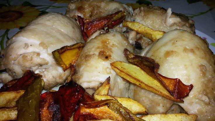 INGREDIENTI: 6 sovracosce di pollo; 200g di pane; Olive nere q.b.;  Formaggio grattugiato q.b.; Provola q.b.;  Vino bianco; Olio, pepe nere, sale, agl
