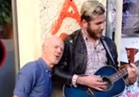 9-Nov-2013 19:41 - JIMMY SOMERVILLE VERRAST STRAATMUZIKANT. Een straatmuzikant in Berlijn kon zijn ogen en oren niet geloven toen een passant met hem begon mee te zingen op te tonen van 'Smalltown Boy' van Bronski Beat. Het was niemand minder dan Jimmy Somerville, de oorspronkelijke zanger van de hit.