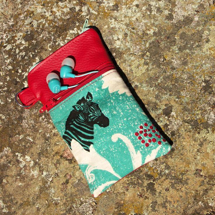 Zebří ..... Praktické zebří pouzdro na telefoun :)  Ušito z koženky, doplněno desingovou látkou látkou s funkční přední kapsičkou do které se vejde třebas karta, sluchátka, klíč nebo penízky.  Rozměr: 8 x 15 cm indeální na menší smartphone né na pádlo :)