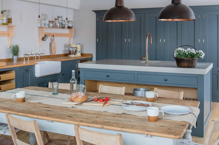 Our Industrial Showroom : Cucina in stile industriale di Sustainable Kitchens