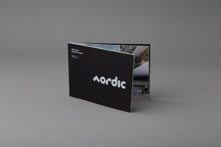 Brosjyre med hvitt foliepreg på omslaget. #brosjyre