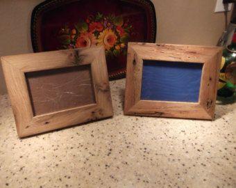 Aangepaste Frames. Deze frames zijn gemaakt van het hout van een zeer oude kip huis dat was ingestort op onze boerderij. Het gebouw bestond vrijwel geheel uit eik en was ook mooi gewoon weggooien of verbranden, dus ik begon met het maken van sommige fotolijsten en kleine stukken van meubilair. Deze frames zullen beschikbaar als ruw, onbehandeld hout of met een lichte natuurlijke vlek en afgewerkt met schone moderne randen en een gladde textuur. De vlek en vernis krijgt het hout een diepere…