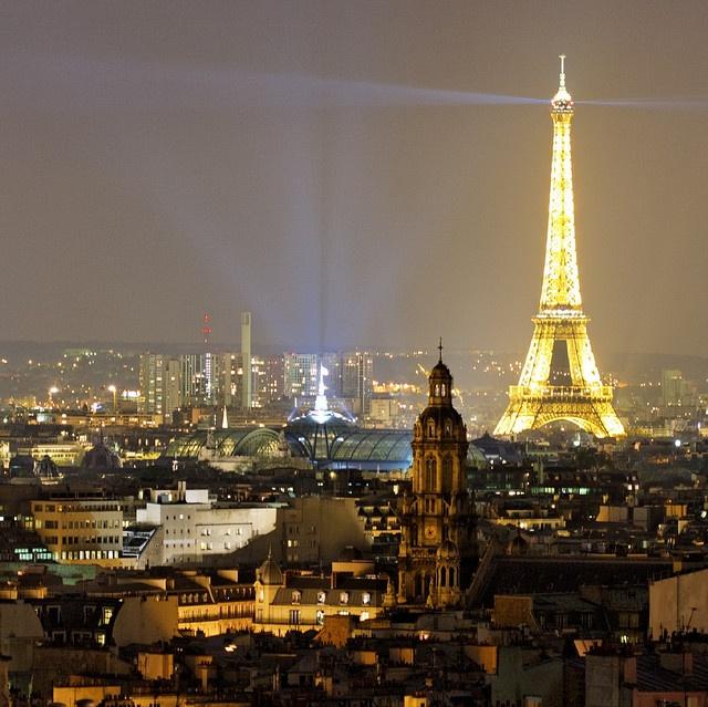 The Eiffel Tower is lighting Paris