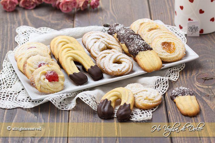 Biscotti di frolla montata dei pasticcini perfetti per il tè o la cioccolata calda. Biscotti al burro morbidi, ricetta facile e veloce da preparare.