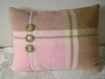 retained blanket stitiching on the edge and the finishing touch of 3 lovely vintage coat buttons