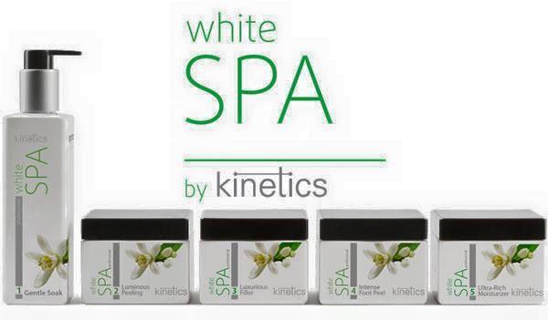 Produkty White SPA firmy Kinetics to całkowicie nowe podejście do manicure i pedicure wykonywanych w salonie. Składniki używane do produkcji kosmetyków do twarzy o najwyższej jakości, takie jak kwas hialuronowy i peptydy, są teraz dostępne dla specjalistów od paznokci. W linii White SPA, odnajdziemy 5 produktów, których zastosowanie jeden po drugim składa sie na pełny zabieg manicure/pedicure. Wypróbuj w swoim salonie.