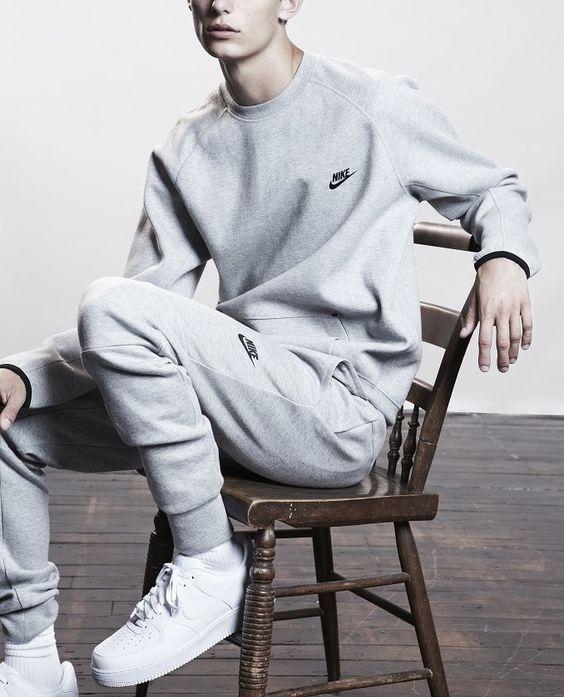 Ook de Nike Tech Fleece collectie vind je via Aldoor in de uitverkoop! #mode #heren #trainingspak #sport #nike #korting #men #sale
