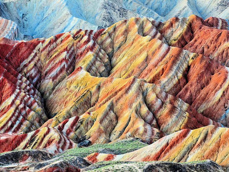 #Уникальные #цветные #скалы Чжанъе Данксиа находятся в #Китае, в #провинции #Ганьсу. Цветные скалы состоят из #красных #песчаников и #конгломератов в основном мелового периода. Такие образования являются уникальным типом петрографической геоморфологии, существующие только здесь. Цветные скалы включены в #Список #Всемирного #наследия.