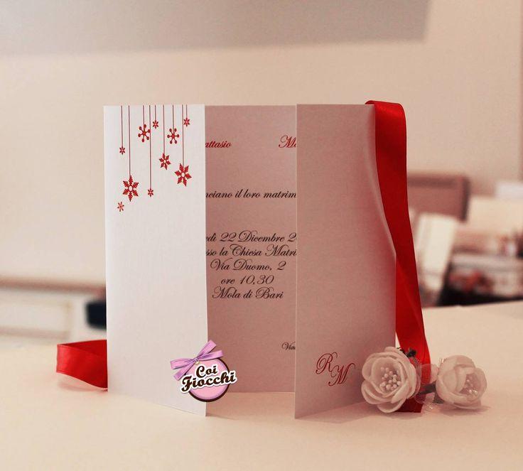 Partecipazione di nozze per il matrimonio natalizio dei nostri sposi Raffaele&Marika: cristalli di neve rossi su carta perlata bianca