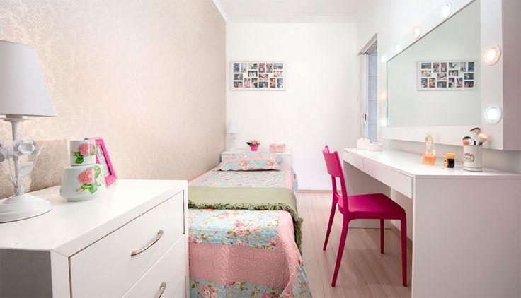 Espelho de frente para mesa de trabalho. Quarto de 7 m² é renovado por menos de 3 mil reais - Casa