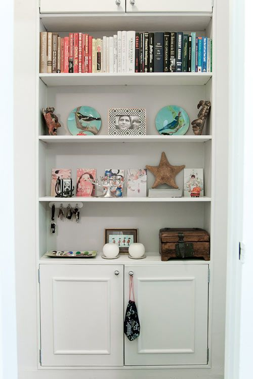 entryway built-in: Bookshelf Styling, Built In Cabinets, Bookshelf Display, Books Shelves, Extra Storage, Books Shelf, Bookshelf Chachki, Colors Coordinating, Bookshelf Style