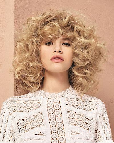 Kudrnaté vlasy ve stylu curl bowl zůstávají přirozené. Je to takový trochu vylepšený rozcuch, když ráno vstanete z postele.