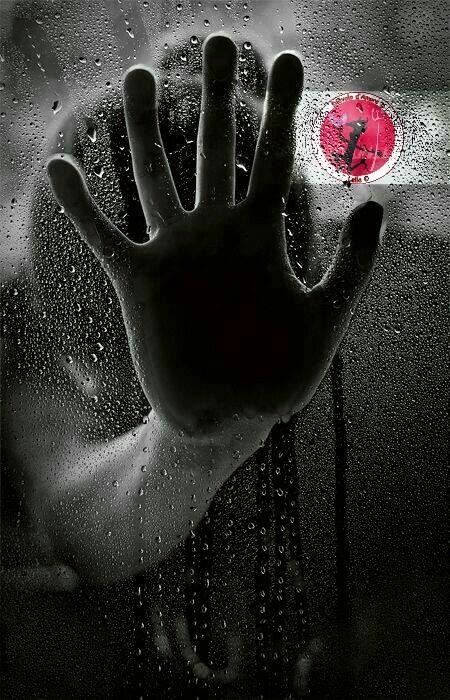Come cambia le persone il dolore . .  Quanto male fa sentire dentro al cuore quel sordo battito che non smette di pulsare.  Gli occhi si chiudono davanti a qualcosa che non ha speranza Non vogliono vedere Le orecchie non ascoltano più   E trema l'anima davanti all'immensità di ciò che si prova Di ciò che entra dentro Come un uragano Che spazza via ogni tormento.  E inutile sperare  Per ciò che non ha più un senso per cui vivere. Per cui lottare.  Questo dolore si chiama VITA E solo LUI te la…