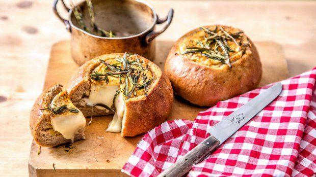 Grilování je v Čechách fenomén a kromě masa a zeleniny jsme si oblíbili i grilované sýry, které se nad ohněm krásně rozpečou a získají neodolatelné kouřové aroma. Zkuste třeba tento netradiční recept, který bude slušet každé zahradní párty...