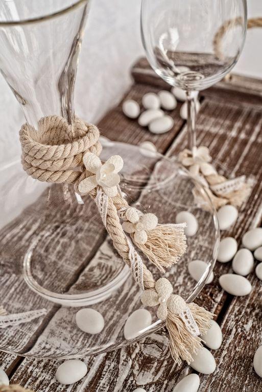 Σετ κουμπάρου  Καράφα κρασιού χωρίς πώμα ,ποτήρι κρασιού και ξύλινος.  Ταιριάζει σε ρομαντικούς ,vintage και bohemian γάμους .