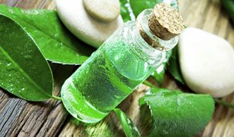 Mit Teebaumöl gegen Pickel: So wenden Sie das Hausmittel an