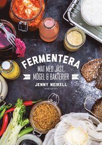 I alla tider har människan använt sig av fermentering för att konservera råvaror, förbättra smak och textur och göra maten mer hälsosam. Bröd, kaffe, vin, blåmögelost, surkål och smör är några exempel på fermenterade livsmedel som i dag blivit vardagsmat. Den här boken innehåller allt du behöver för att bli en fullfjädrad fermenterare. Lär dig hur du använder bakterier, jäst- och mögelsvampar för att förvandla enkla råvaror till smakrika delikatesser. Experimentera hemma med recept på olika…