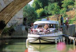 Découvrez les plaisirs du tourisme fluvial. Le tourisme fluvial, un loisir en pleine expansion, séduit de plus en plus de français et d'étrangers pour visiter la France autrement ! Parce que les vacances en bateaux sans permis, c'est chouette. L'entreprise Nicols met une gamme de vedettes fluviales à disposition, soit 450 bateaux sans permis répartis sur 20 bases en France, Allemagne et Portugal.  En savoir plus sur…